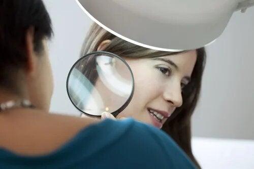 L'acanthose pigmentaire nécessite un examen de la peau par un spécialiste
