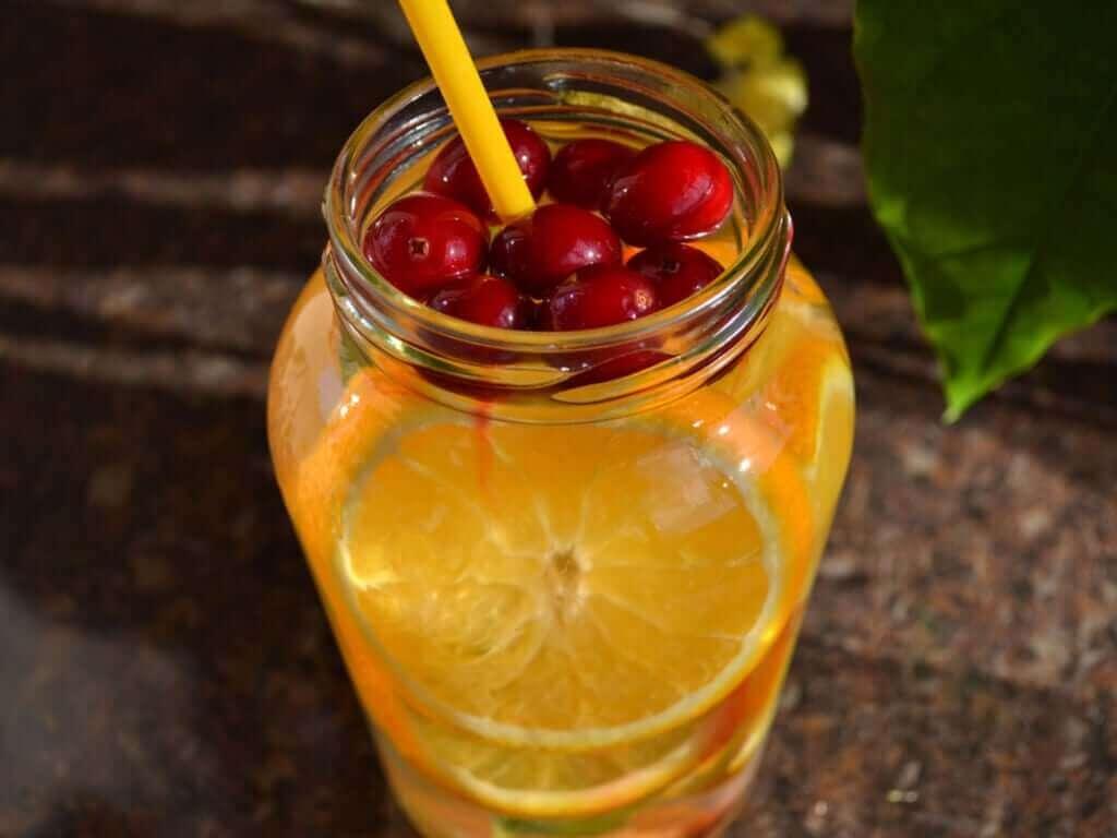 Um coquetel de frutas detox.