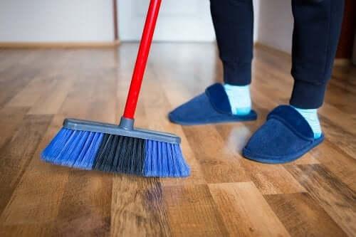 4 méthodes pour faire briller vos sols en bois avec des produits maison