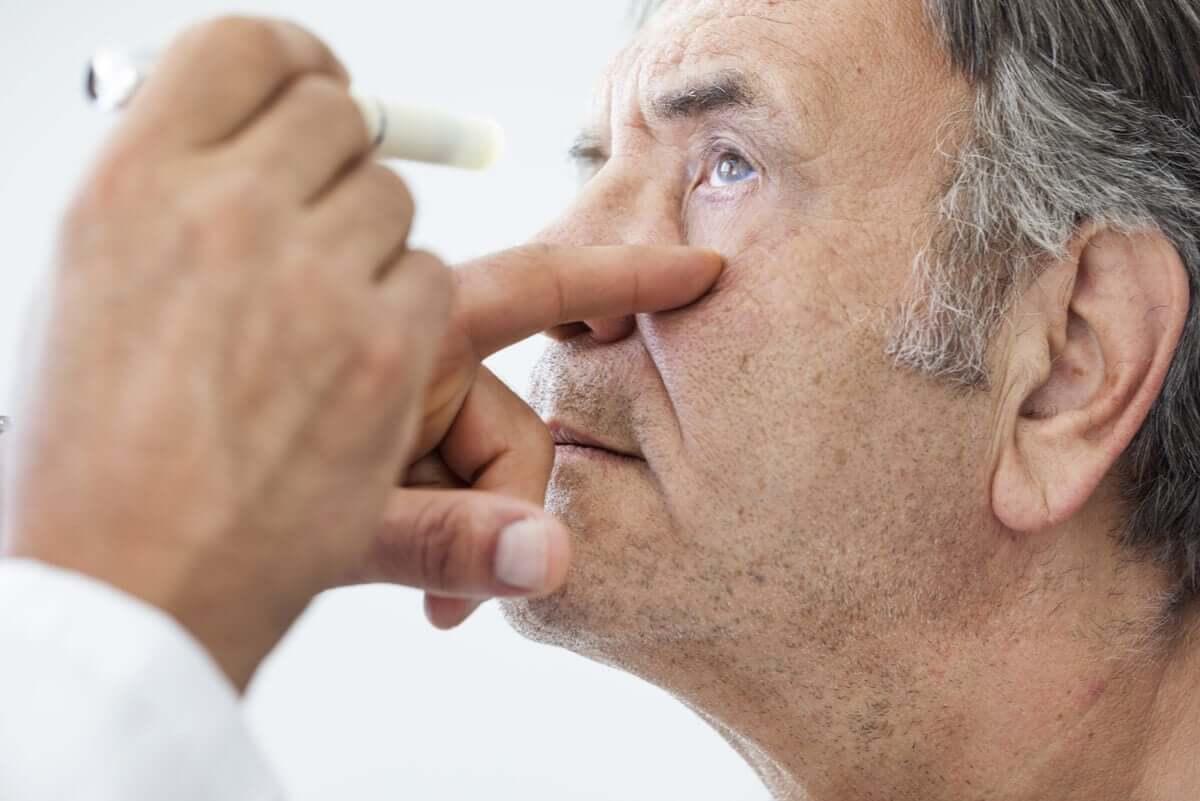Un contrôle oculaire chez un ophtalmo.