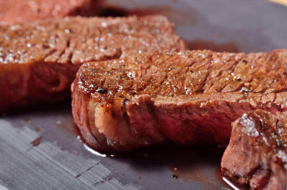 Un morceau de viande grillée.