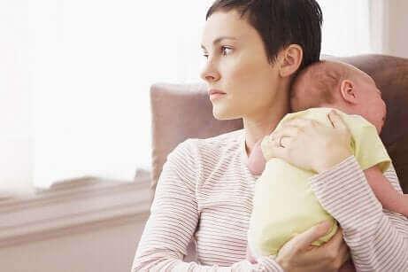 Une femme tenant son bébé.