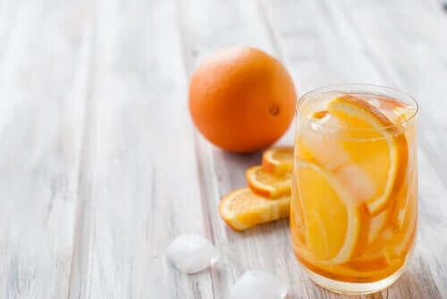 Un verre d'eau et d'orange.