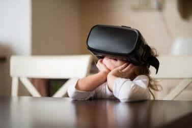 Un enfant utilisant la réalité virtuelle.