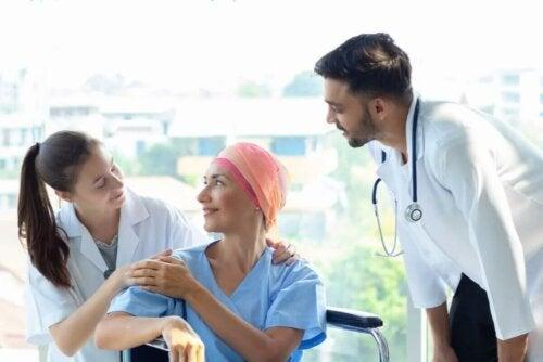 Une équipe médicale en chimiothérapie.