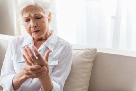 Une femme avec un engourdissement des mains.