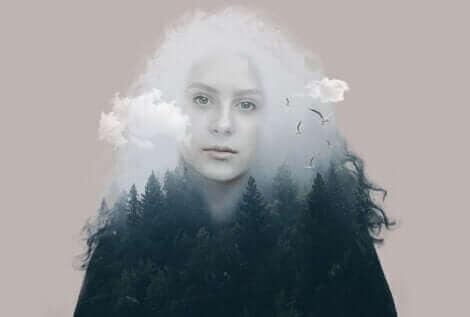 Une femme en transparence dans une forêt.