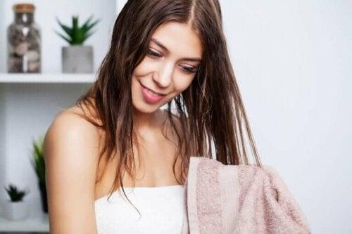 Comment laver les cheveux gras et éliminer ce problème ?
