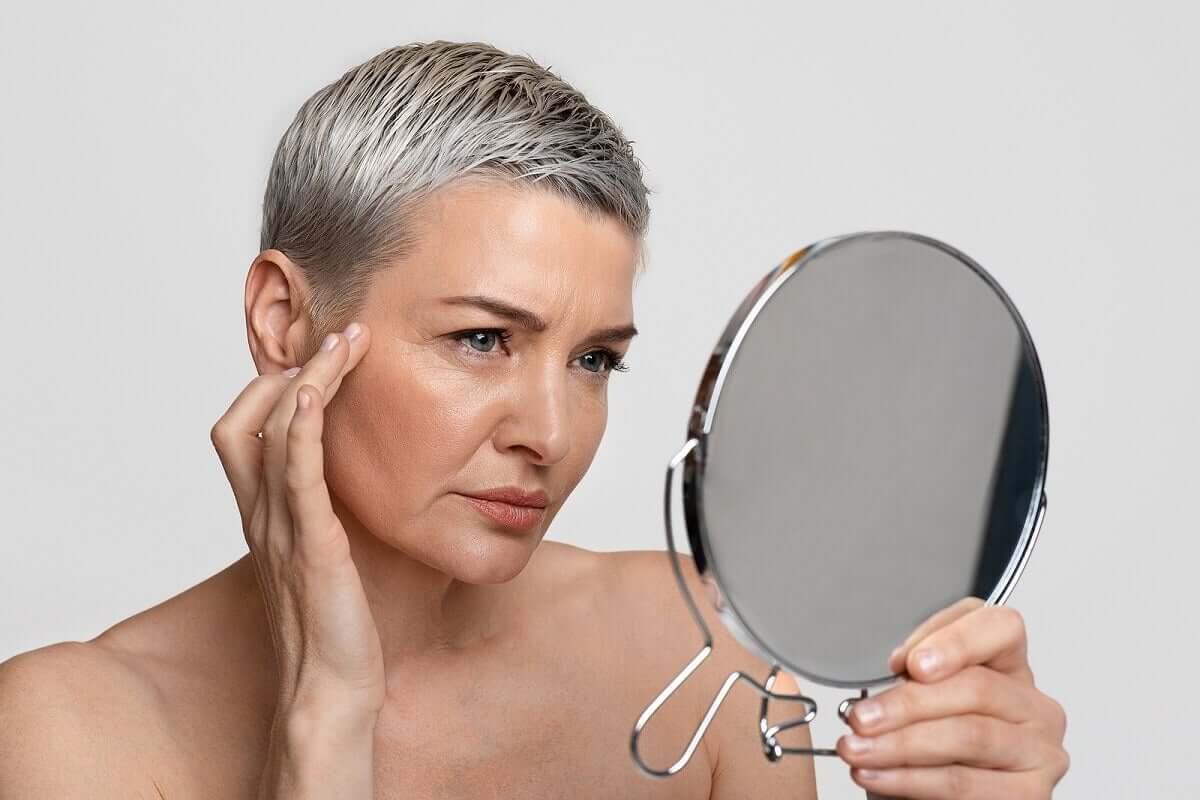 Une femme se regarde dans un miroir.