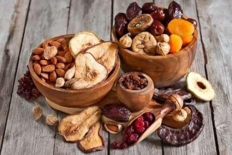 Des fruits secs dans des bols.
