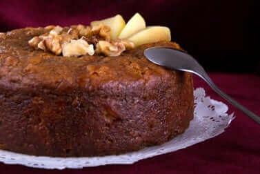 Un gâteau au chocolat et noix.