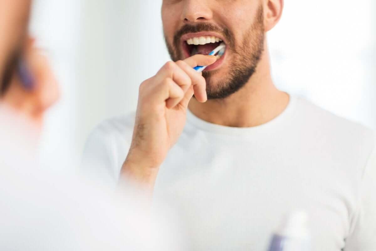 Un homme se brosse les dents.