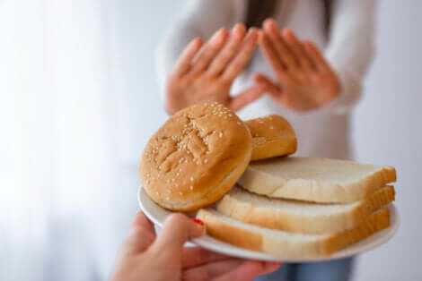 Une assiette avec du pain.