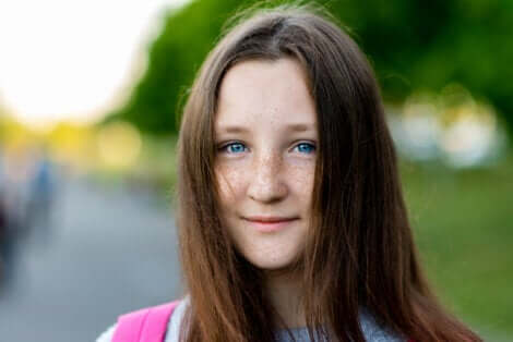 Une jeune fille avec des yeux bleus.