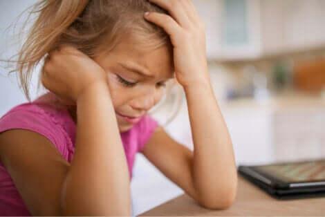 Une jeune fille qui pleure.