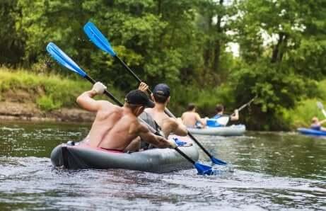 Deux hommes pagaient sur une rivière.