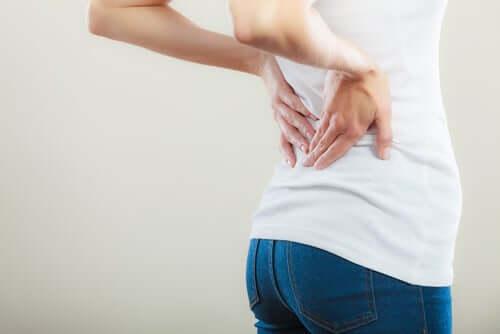 Une femme a mal au dos.