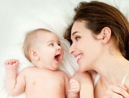 Une mère et son bébé souriant.