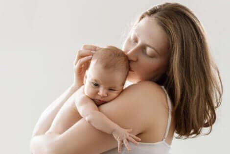 Une mère faisant du peau à peau.
