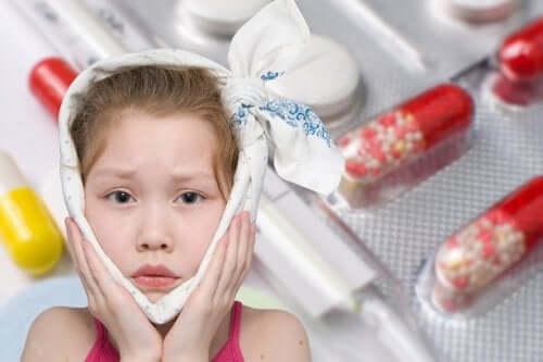 Une fillette souffrant des oreillons.