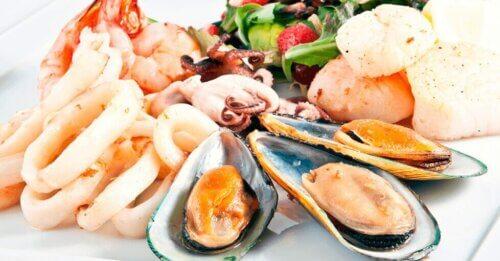 Des crustacés sur un plateau.