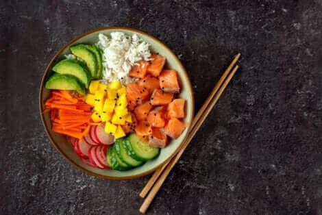 A la maison, vous pouvez préparer un poke avec les ingrédients de cette recette que nous partageons.