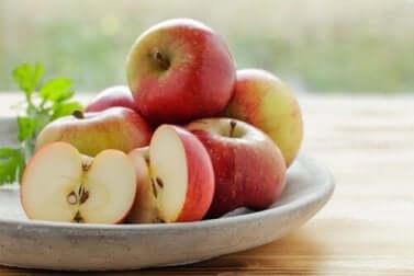 Des pommes rouges.