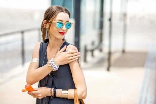 Une femme applique de la crème solaire.