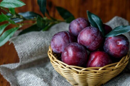 Des prunes dans un panier.
