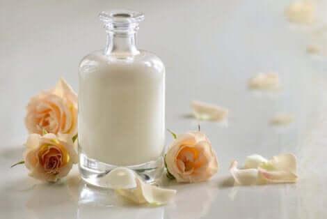 Pot de sérum de lait pour la cosmétique.