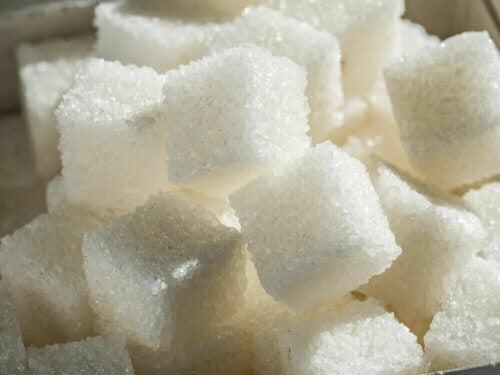 Des carrés de sucre.