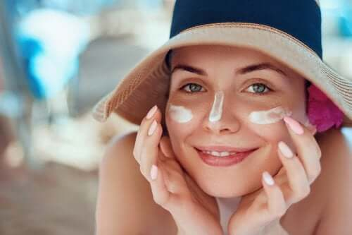 Comment traiter les coups de soleil sur le visage avec des remèdes naturels
