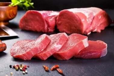 De la viande rouge.
