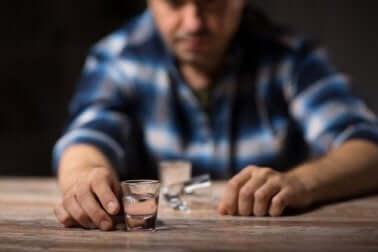Un homme qui boit de l'alcool.