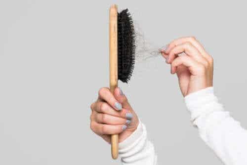 Pourquoi nettoyer la brosse à cheveux ? Conseils pour le faire