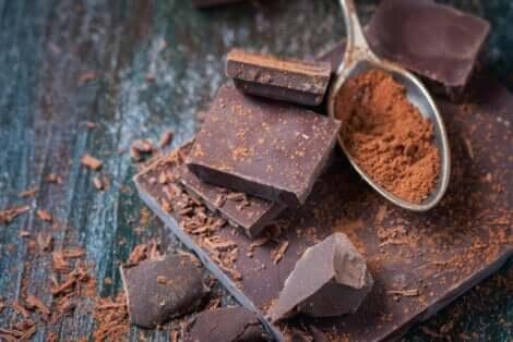 Tablette de chocolat en morceaux.