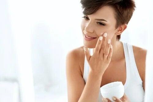 Soulager la peau sèche est important pour avoir une belle peau.