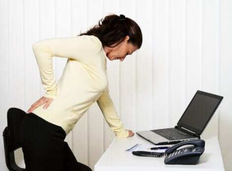 Une douleur musculaire chez une femme.