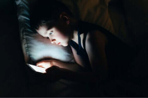 Regarder un écran avant de dormir.