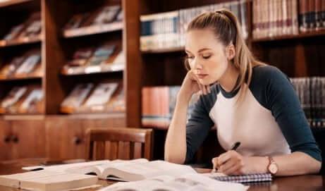 Une femme à la bibliothèque.