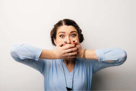 Une femme qui se cache la bouche.