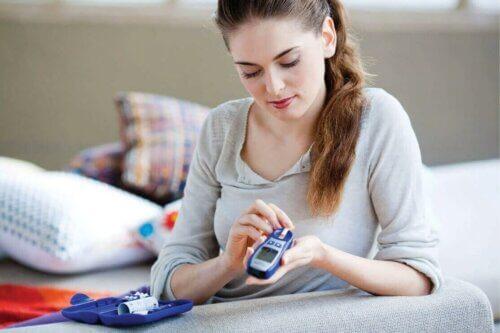 Une femme contrôle son diabète.