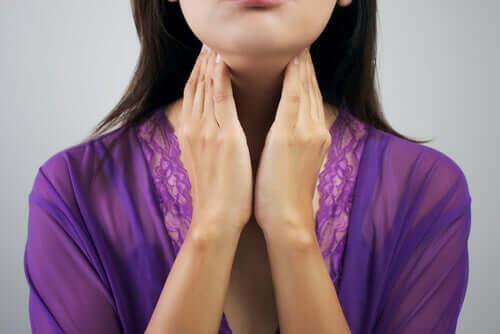 Une femme avec un problème de la thyroïde.