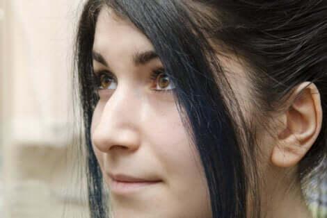 Visage d'une jeune femme de profil.