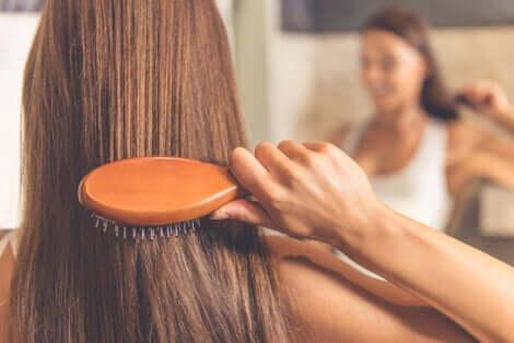 Une femme qui se coiffe.
