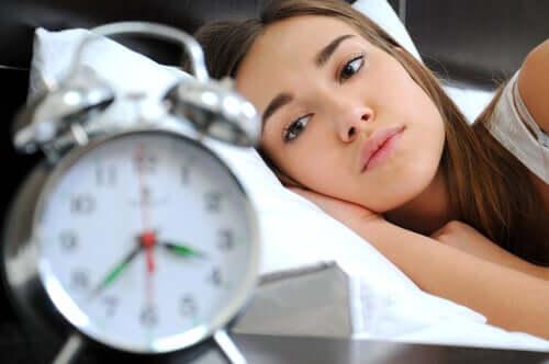 Une femme qui n'arrive pas à dormir.