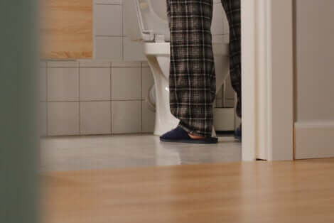 Les jambes d'un homme aux toilettes.