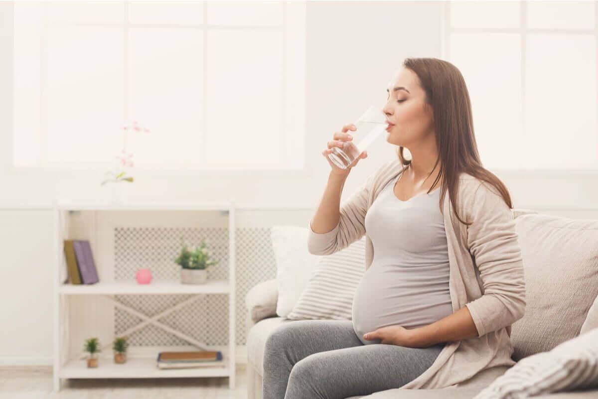 Une femme enceinte qui boit.