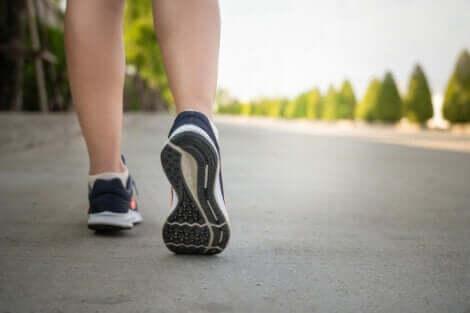 Deux jambes qui marchent.