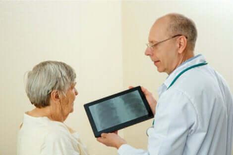 Consultation d'une femme âgée pour une radiographie des poumons.